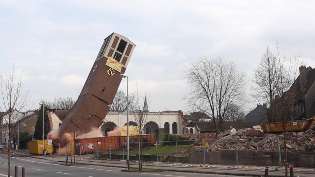 Sprengung in Duisburg Hier fällt der Glockenturm von St. Matthias