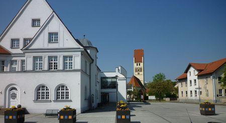 800px-Vöhringen_-_Rathaus,Wolfgang-_Eychmüller-Haus_und_Marienkirche