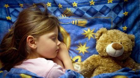 Schlafendes-Kind mit Teddybär