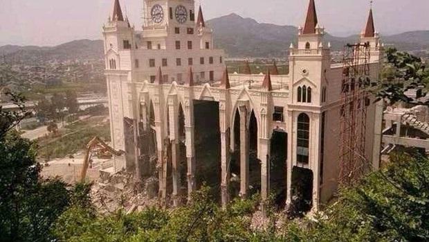 Die neu errichtete Sanjiang-Kirche in Wenzhou wurde im Mai 2014 von der Provinzregierung wegen Verstoßes gegen die Baugenehmigung abgerissen.