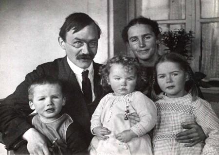 Karl Barth mit Ehefrau Nelly und Kinder 1919 in Safenwil