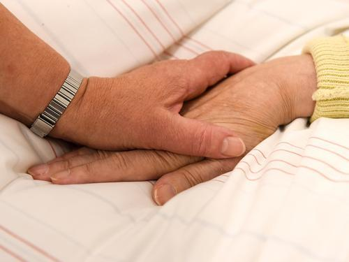 krankenbett-hand-halten