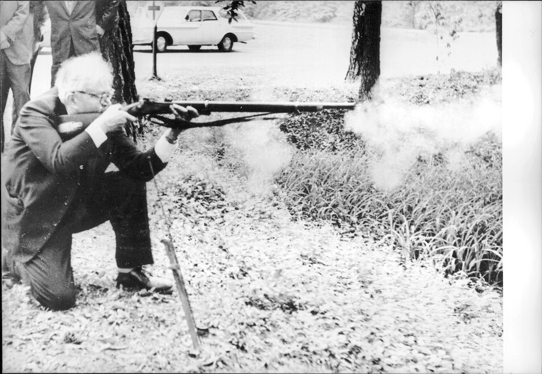 Karl Barth 1962 am James River in Virginia (USA) feuert mit einem Gewehr aus dem amerikanischen Bürgerkrieg