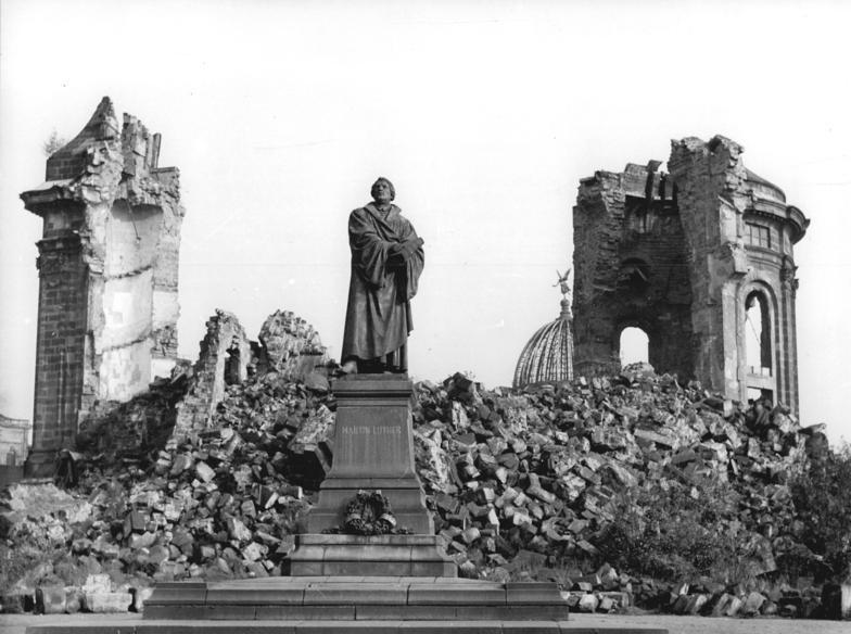 Luther-Denkmal vor der zerstörten Frauenkirche in Dresden