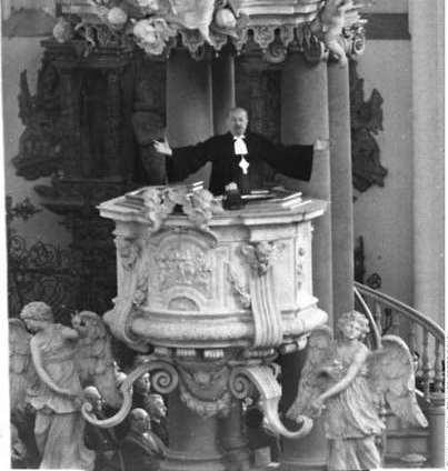 Otto Dibelius am 5.11.1959 bei einer Predigt in der Berliner Marienkirche