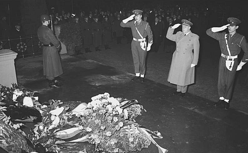 Bundesarchiv_B_145_Bild-F019313-0033,_Bonn,_Kranzniederlegung_zum_Volkstrauertag_retouched
