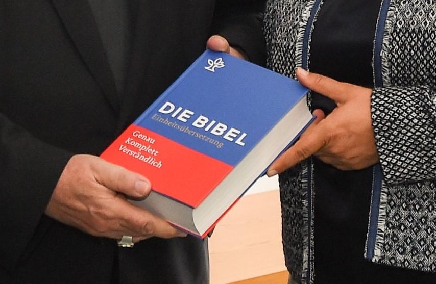 uebergabe_neue_bibel800.jpg