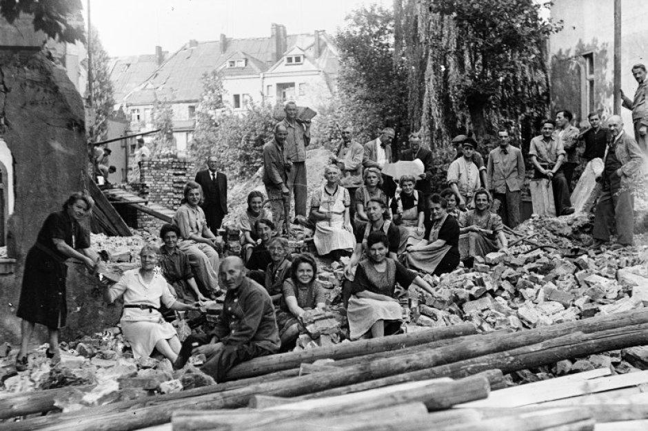 trümmerfrauen und -männer in der zerstörten lutherkirche in essen