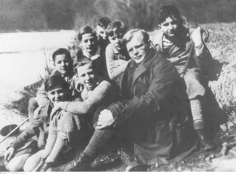 Dietrich Bonhoeffer mit Konfirmanden im Harz, 1932