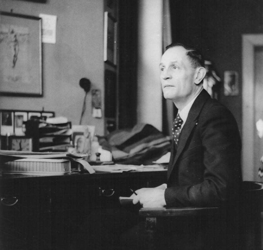 Niemöller am Schreibtisch in Berlin (1936)