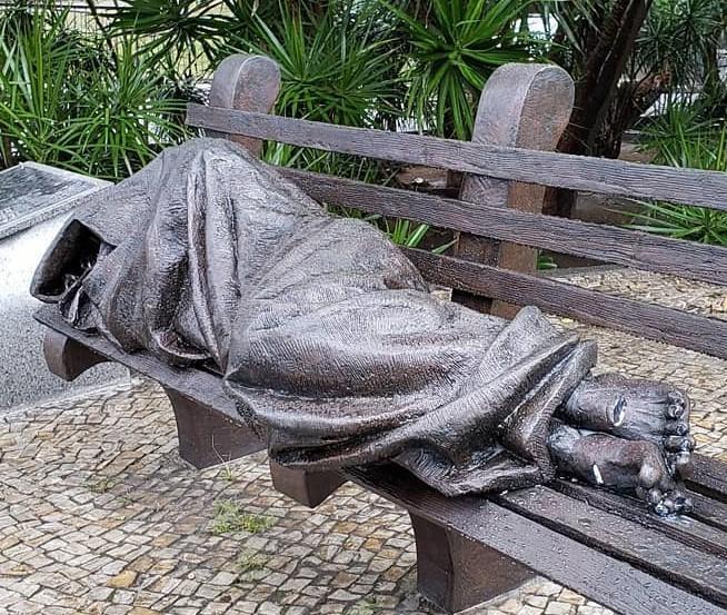 Jesus auf der Parkbank (Skulptur in Rio de Janeiro)
